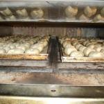 Brötchen auf dem Blech im Ofen